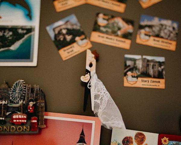 Ručne vyrobené darčeky pre svadobčanov – svadobné štipce.